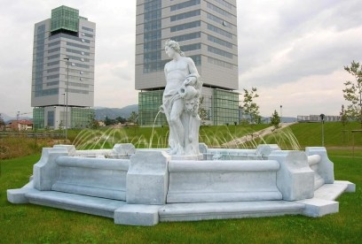 фонтаны на фоне города